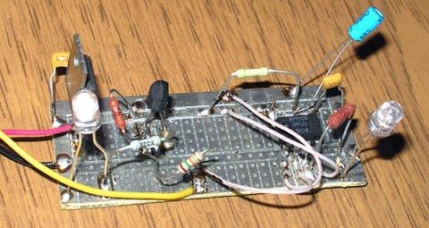 В верхнем левом углу - микросхема стабилизатора 7805 общая для обоих...