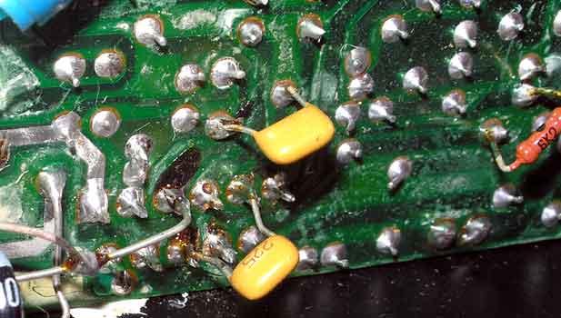 На фото этот резистор виден